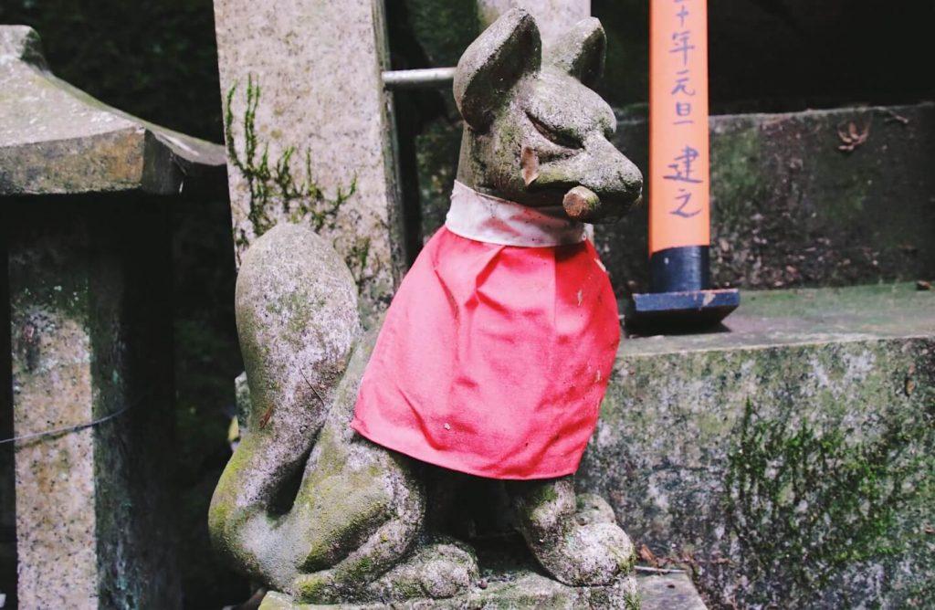 fushimi inari foxes statue